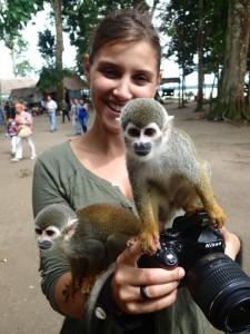 Photo de Marlene avec des singes