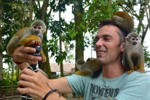 Photo de Simon avec pleins de singes