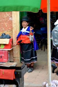 Femme Guambianos tissant fièrement sa laine