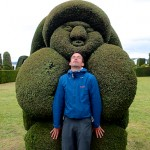 Simon aux prises d'une sculpture végétale