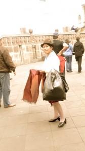 Mujer pasando por la calle