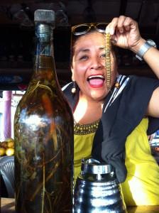 La patronne qui vend une liqueur particulière