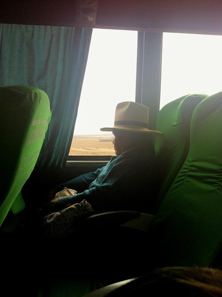 Abuelita dans le bus nous menant à Lima - Pérou