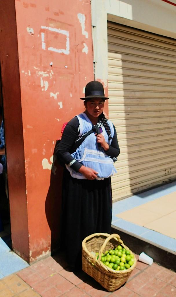 Femme aux abords du marché - Cuenca - Equateur