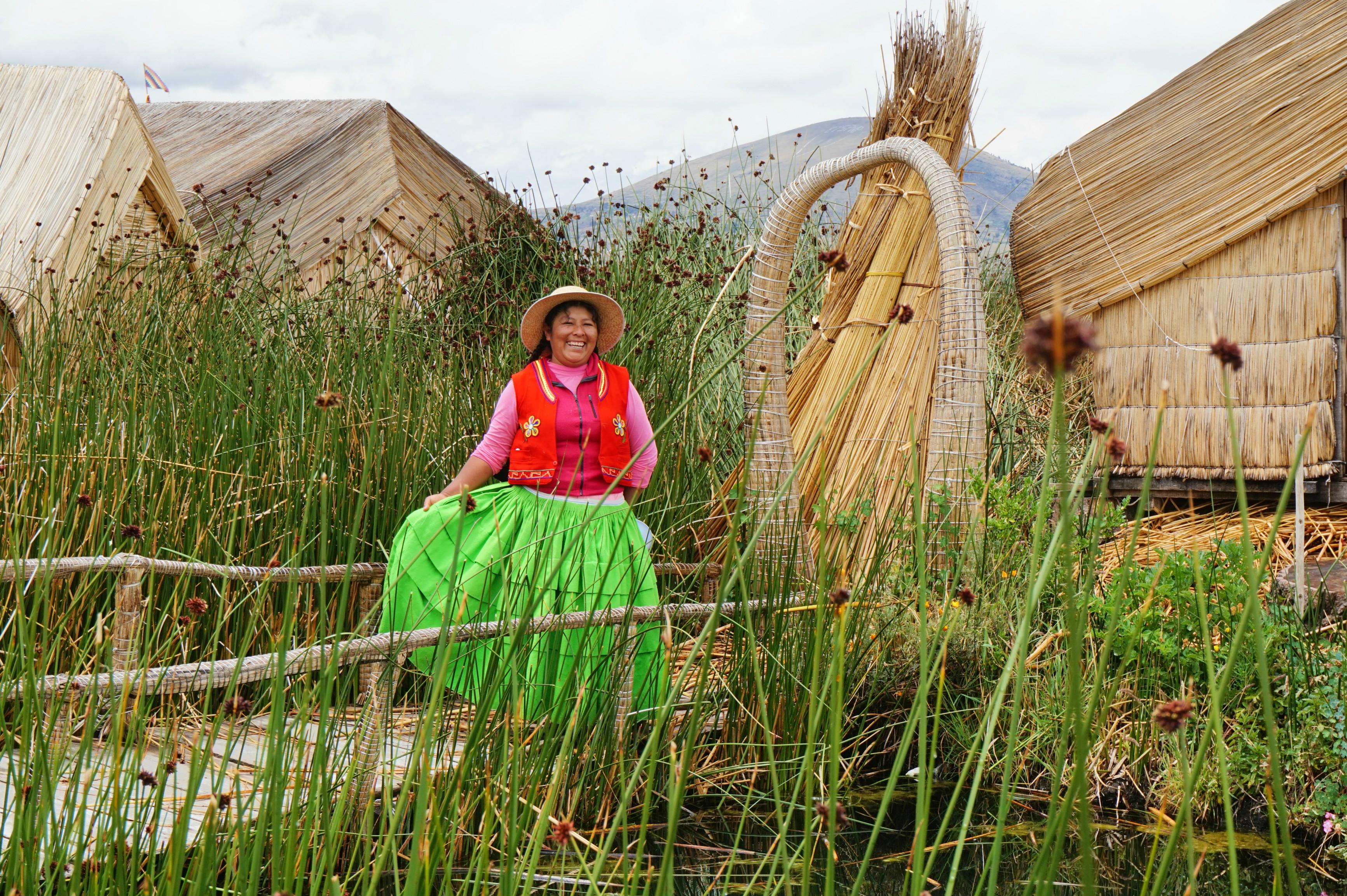 Femme nous saluant - Iles Uros - Lac Titicaca - Pérou