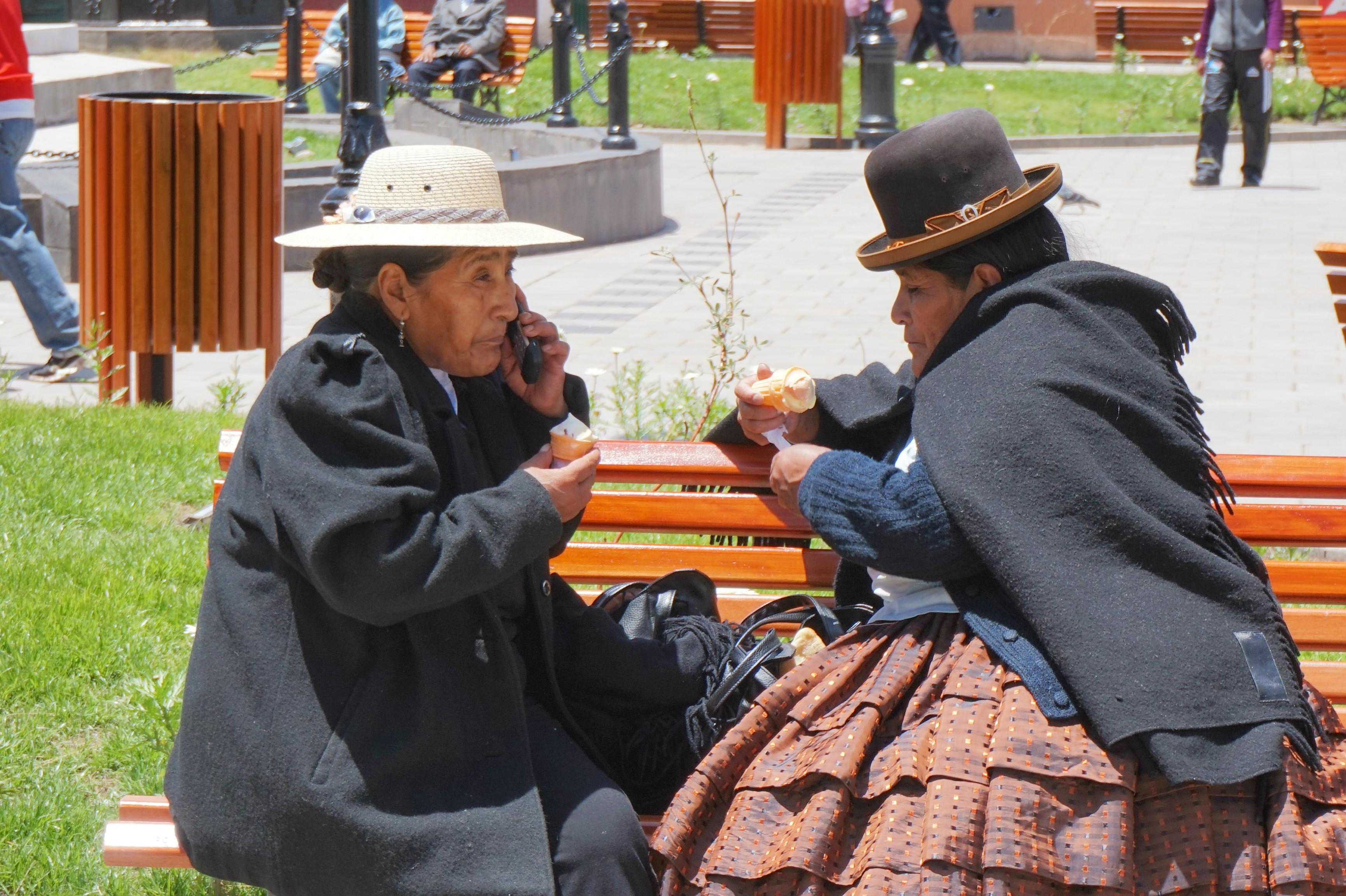 Femmes discutant sur un banc à Puno - Pérou