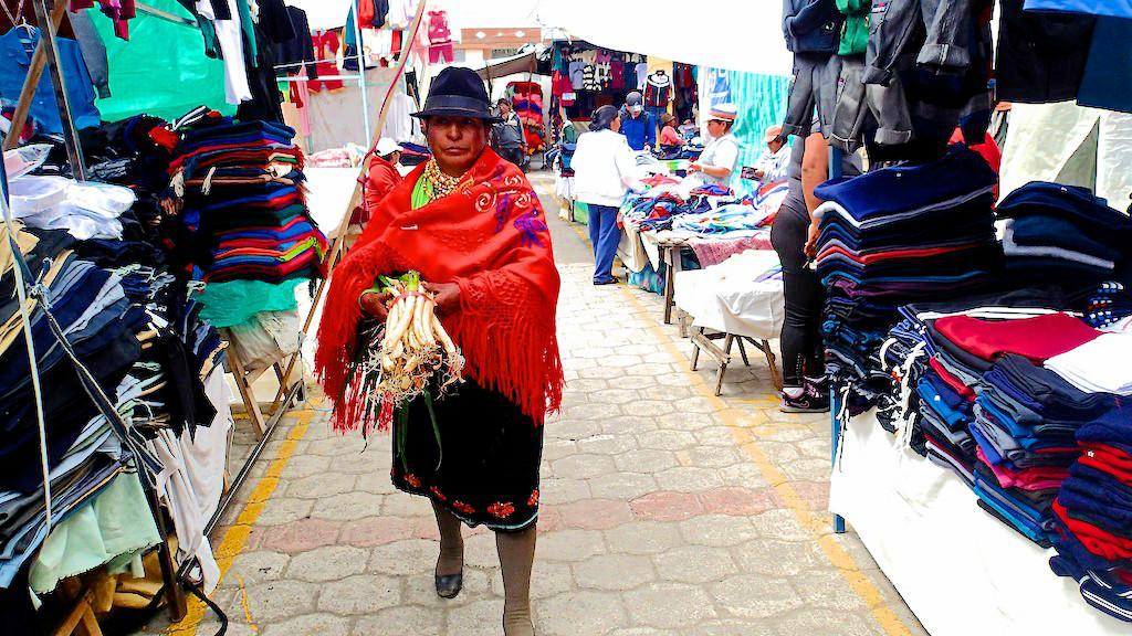 Femme Équatorienne au marché de Saquisili - Equateur