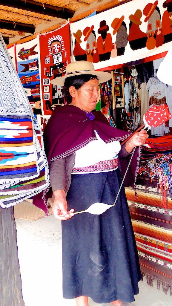 Femme tissant sa laine au musée de la mitad del mundo - Quito - Equateur
