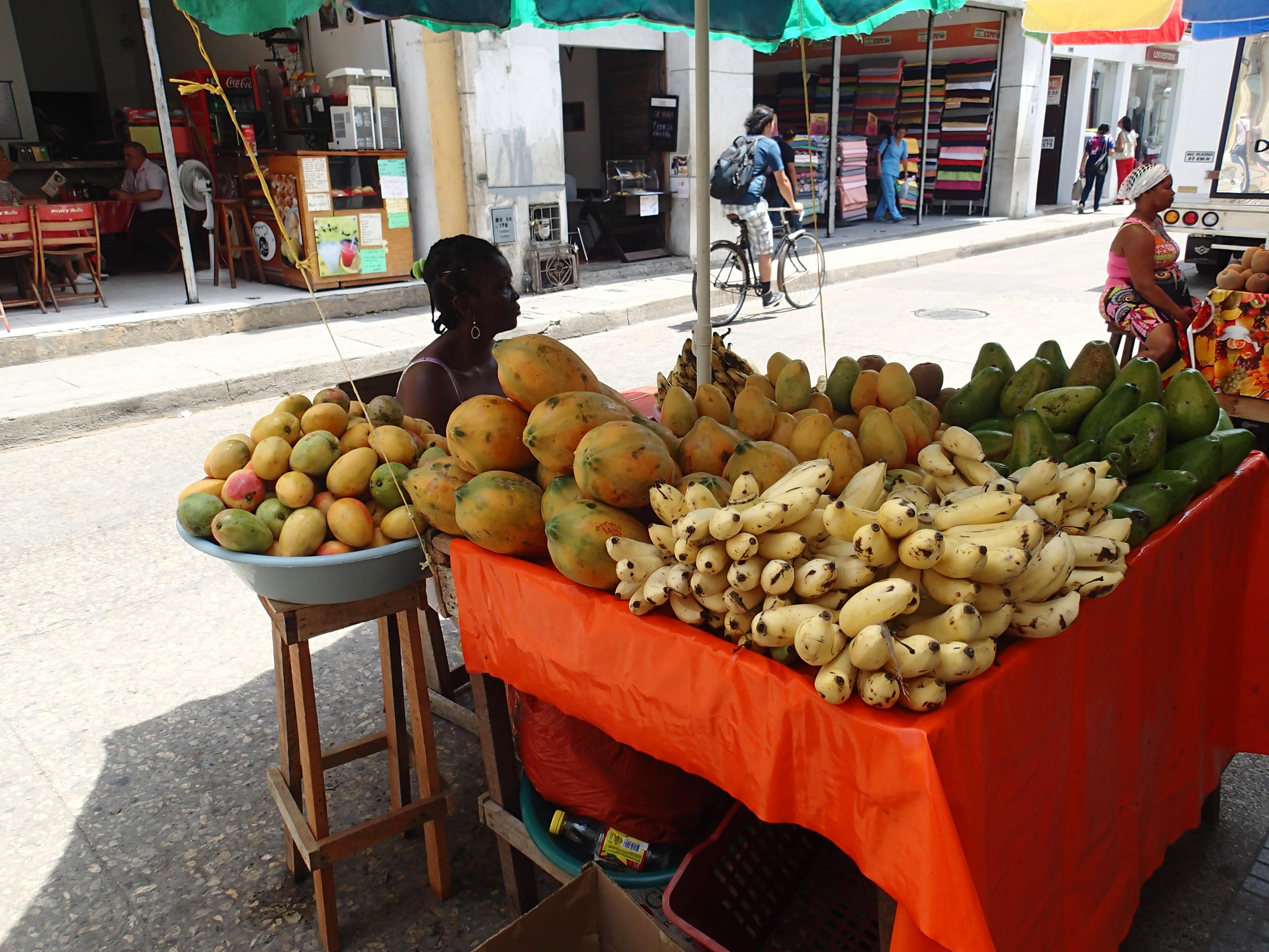 Femme vendant des fruits dans la rue - Carthagène - Colombie